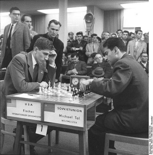 592px-Bundesarchiv_Bild_183-76052-0335,_Schacholympiade,_Tal_(UdSSR)_gegen_Fischer_(USA)